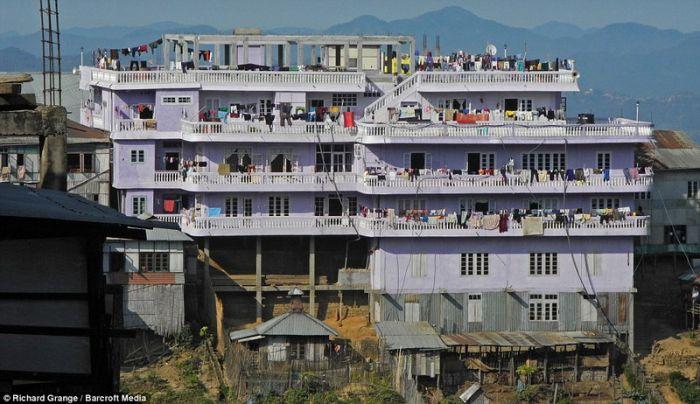 В Индии живет самая многочисленная семья в мире, в этой семье насчитывается более 180 человек, и эта цифра постоянно растет! У главы семьи Зиона Чана 39 жен, 94 ребенка, 33 внука и 14 невесток. Семья живет в 4-х этажном 100 комнатном доме