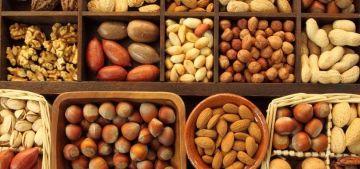 Фисташки, арахис, грецкие орехи — все это мы любим. Поэтому вашему вниманию представляется подборка из 10 фактов о различных орехах, а точнее польза от них. Итак, 10 самых интересных фактов об орехах
