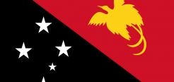 Очень интересным с художественной точки зрения является флаг Независимого государства Папуа — Новая Гвинея. Правая часть черного цвета, левая — красного. Эти 2 цвета являются традиционными в искусстве папуасов.