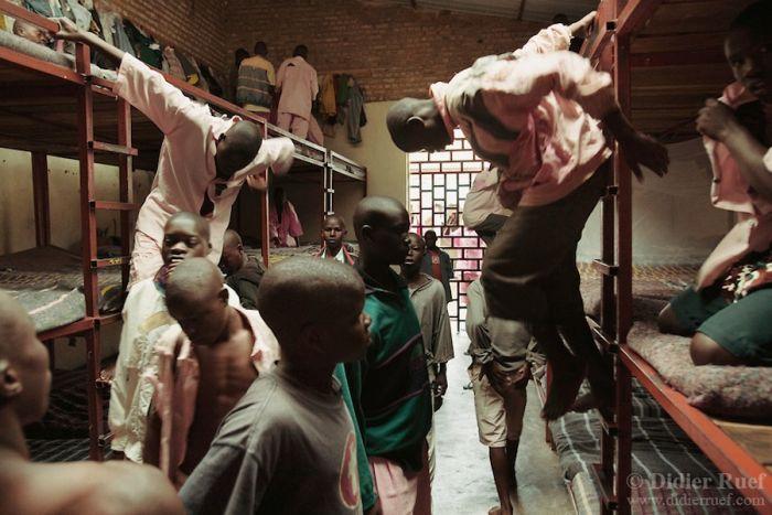 Центральная тюрьма Гитарама (Руанда) Это и тюрьмой-то назвать сложно. Камеры в этой тюрьме — это просто выкопанные ямы размером в 1 квадратный метр. И это маленькое «помещение» было предназначено для 4 человек.