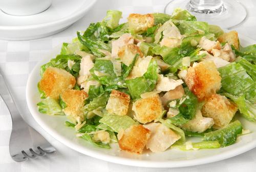 Салат Цезарь. Многие знают этот салат с курицей, листьями салата, соусом и т.д. Но многие думают, что данный салат получил своё название в честь Римского императора Юлия Цезаря.