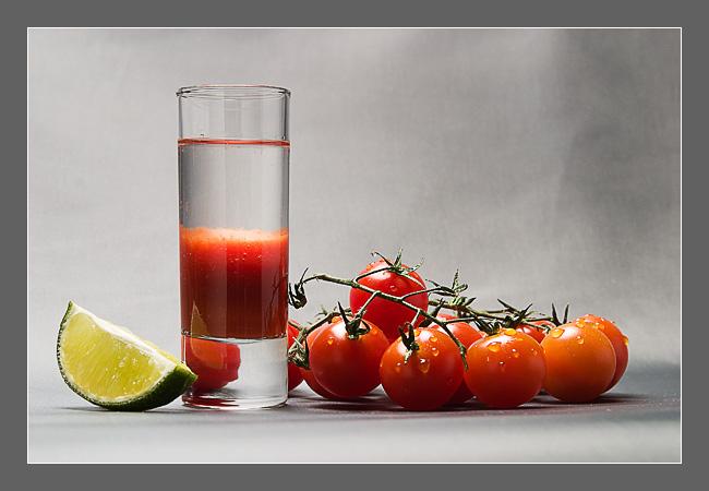 Кровавая Мэри. Всем знаком этот коктейль «водка с томатным соком». Многие думают, что коктейль придумали в России, но это не так. Авторство принадлежит французскому бармену Фердинанду Петио, работавшим в Нью-Йорке.