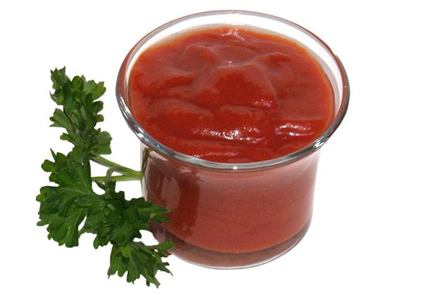 Кетчуп. Один из самых популярных соусов. Этот томатный соус подходит ко многим блюдам и его любят во всем мире. Но изначально кетчуп делался вовсе не из томатов. Слово пришло из китайского языка и дословно переводится как (внимание!) Рыбный соус (Ке — рыба, тчуп — соус).