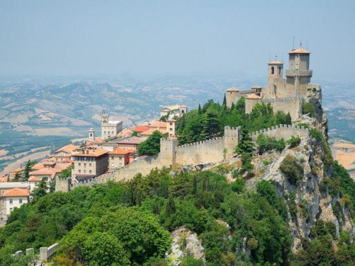 Сан-Марино занимает площадь 61 кв. километр и имеет самое малое население из стран-членов Европейского совета. Это самая старая независимая страна в мире, она была основана 3 сентября 301 года.