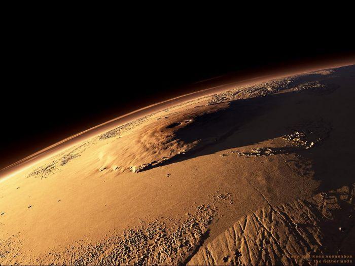 На Марсе есть гора (потухший вулкан), которая называется Олимп. Эта гора является самой высокой горой во всей Солнечной системе и ее высота составляет 27 километров.