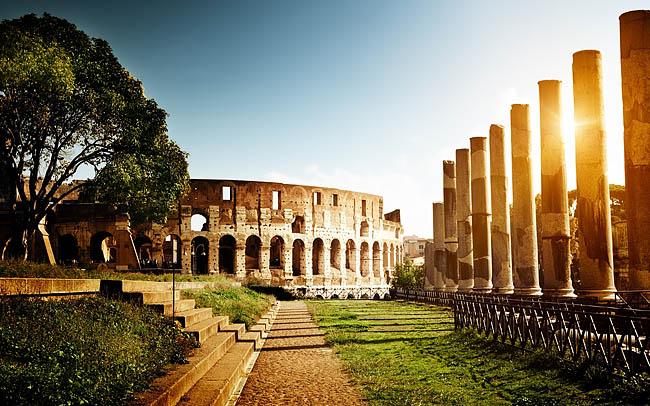 Древний Рим — одно из самых величайших государств Античности. Государство находилось на территории современной Италии. Рим Был назван в честь основателя — Ромула. Был известен своими обычаями, гладиаторскими боями, Колизеем, Императорами и др.    Самые интересные факты о Древнем Риме