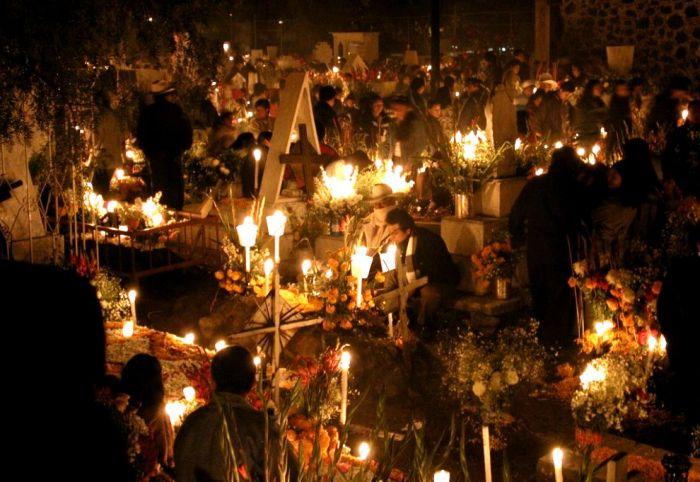 Свечки и украшения кладбищ и алтарей - непременные атрибуты Дня Мертвых
