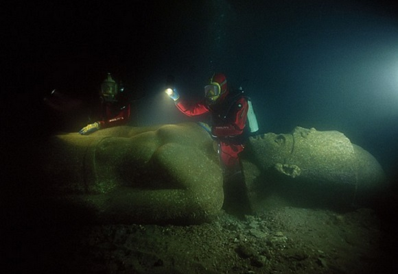 древний город Гераклион, был основан Александром Македонским в 331 году до н. э.  Статуи неизвестного фараона под водой в древнем городе Гераклион