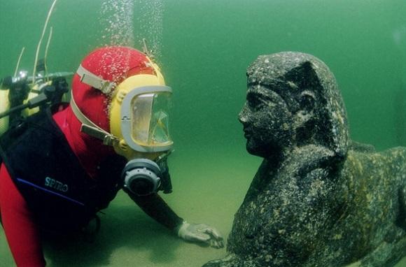древний город Гераклион, был основан Александром Македонским в 331 году до н. э. Водолад изучает подводный город Гераклион