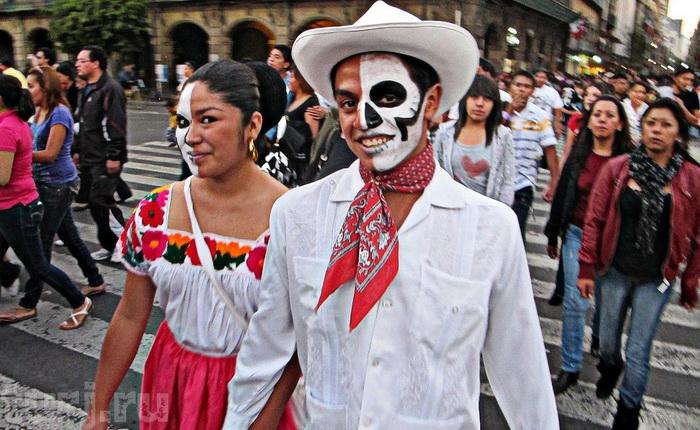 Карнавал во время праздника Дня Мертвых в Мексике