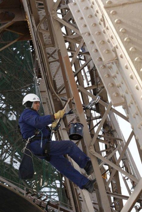 Всем знакомый символ Франции и Парижа - Эйфелева башня. Она была построена в 1989 году. Самые интересные факты об Эйфелевой башне. Ее красят каждые 7 лет.