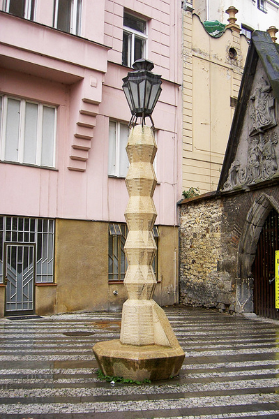 Уникальный фонарь в Праге, выполненный в стиле «кубизм»