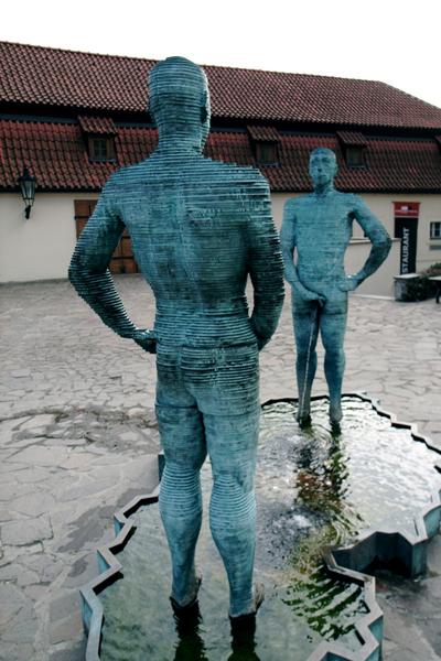 Скульптуры Давы Черны в Праге
