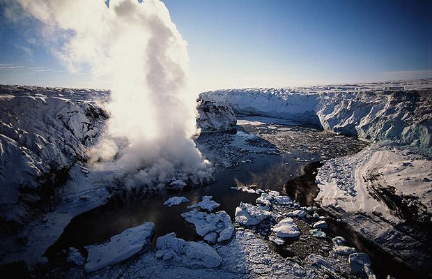 В Исландии очень много гейзеров, государство занимает 1 место по концентрации гейзеров среди других стран. Интересно, что слово «гейзер» произошло от названия Гейзир – горячего фонтана на северо-западе страны.