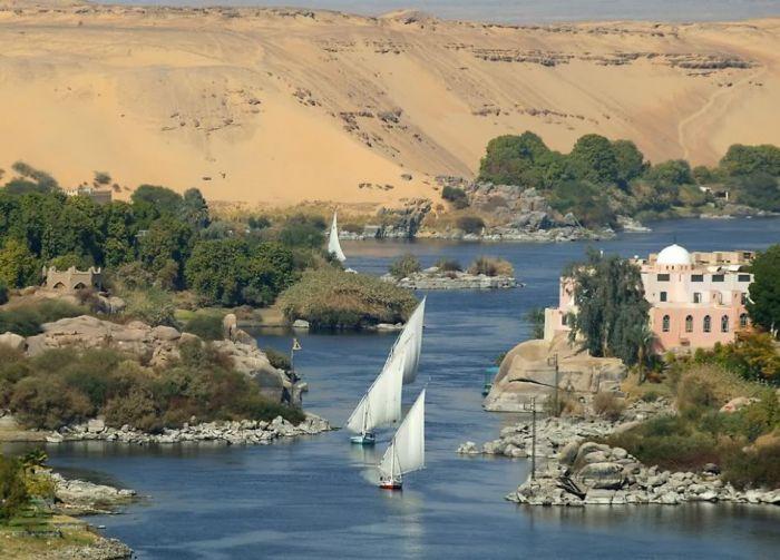 Нил - самая крупная река в Африке. Интересные факты об Африке. Африка - это огромный континент расположенный между атлантическим и индийским океаном. В Африке множество видов климата и огромное количество стран. Культура и религия африки, ее традиции - все это увлекательно и интересно.