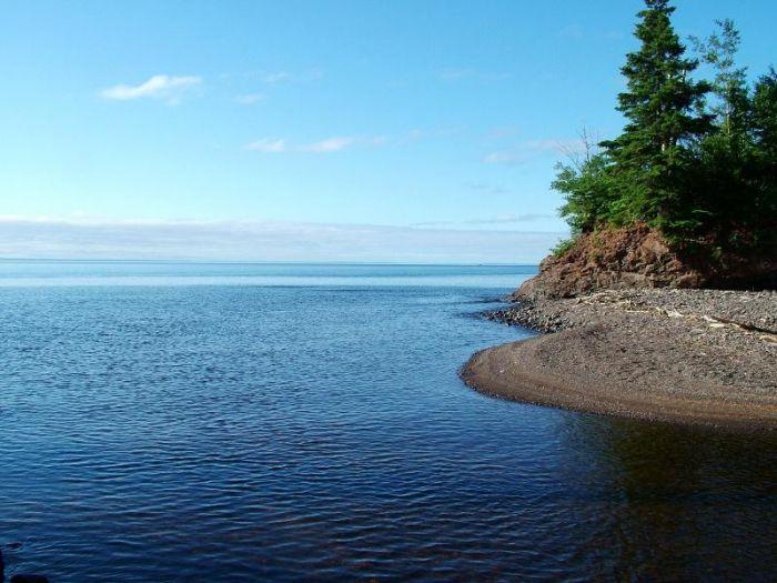 самое большое озеро в мире – это Верхнее и оно расположено в Северной Америке. Его площадь составляет 82,7 тысяч квадратных км. Занимает территорию США и Канады. С севера располагается в канадской провинции Онтарио, а с юга расположена на территориях американских штатов Мичиган, Висконсин и Миннесота.