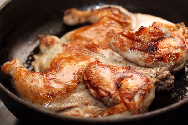 Цыпленок табака. Откуда пошло такое странное название «Цыпленок табака». Неужели курицу перед готовкой мощно накуривают? Или приправляют ее табаком? Нет. Всё намного проще. Блюдо само по себе грузинское и его готовили на грузинской сковороде, которая называлась «цицила тапака».