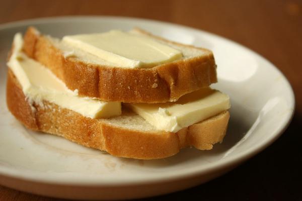 Бутерброд. Всем известно, что бутерброд — это хлеб, сверху которого находится другой ингредиент (масло, сгущенка, мед, мясо, сало, рыба, икра и т.д.). Но это сейчас такое изобилие разных бутербродов. Само слово происходит из Германии и дословно переводится как «Хлеб с маслом» (Butter — масло, Brot — хлеб).