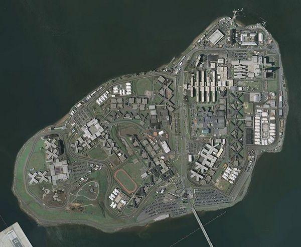 Тюрьма острова Райкерс (США) Является одной из самых печально известных тюрем США. Постоянные беспорядки и ножевые драки делают тюрьму жестокой не только в отношении персонала к заключенным, но и самих заключенных к своим собратьям.