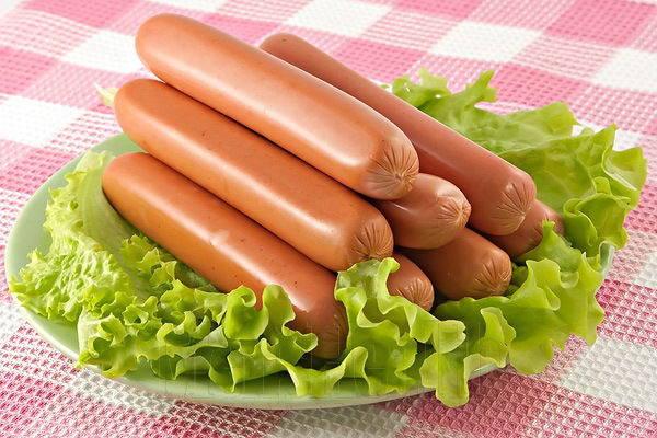 Сосиска. Это слово произошло от французского слова saucisse, что означает просто «колбаса». Но, интересным фактом является также то, что само слово saucisse происходит от слова «salsicia», что переводится просто как «соленость».
